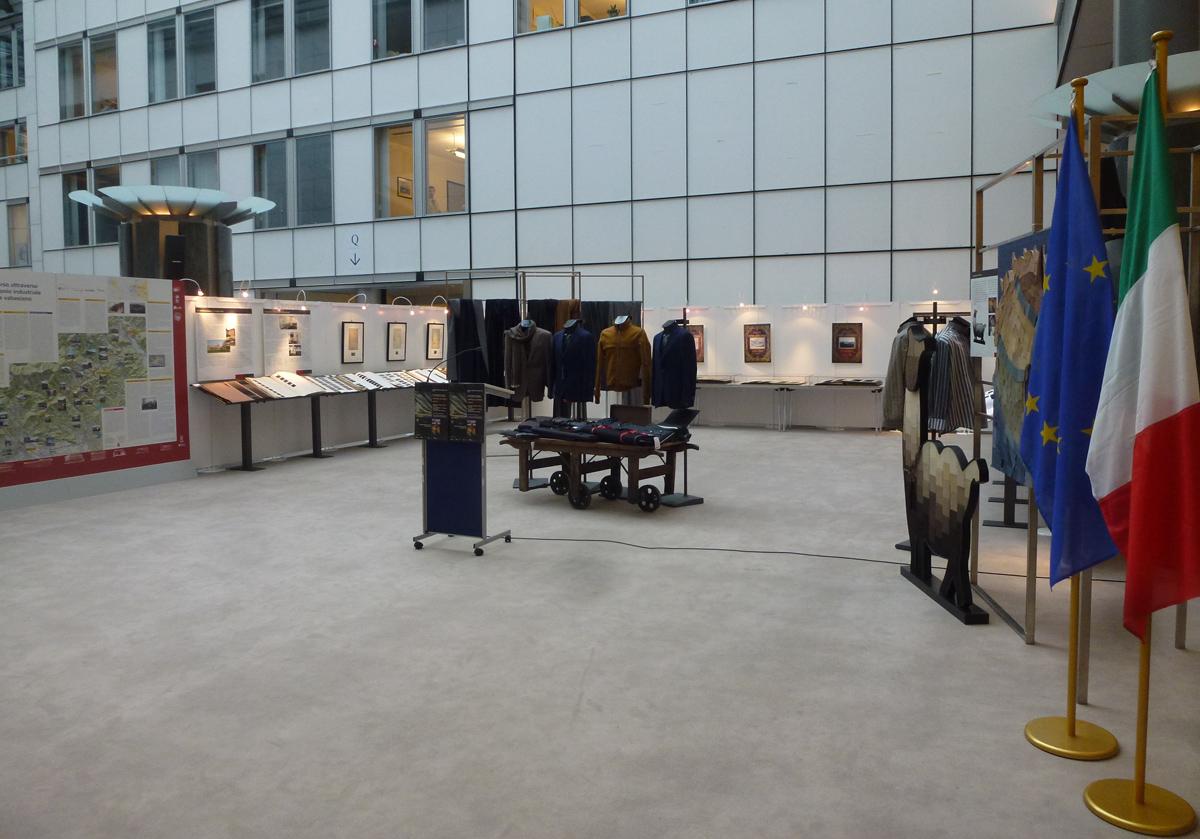"""<b>L'allestimento della mostra """"Campioni in stoffa"""" a Bruxelles, 2012</b><br />"""
