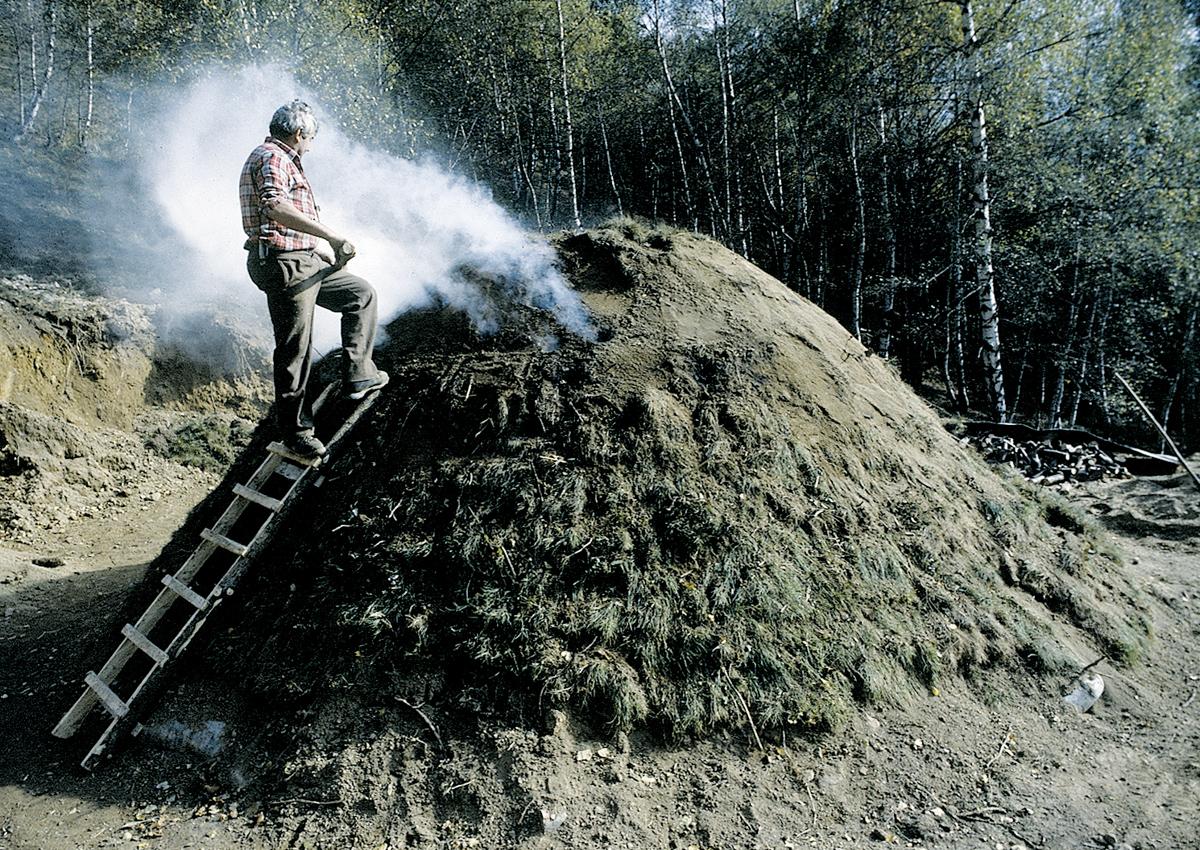 <b>Alta Valsessera, ricostruzione di una carbonaia sperimentale</b><br />foto Giovanni Vachino, 1986