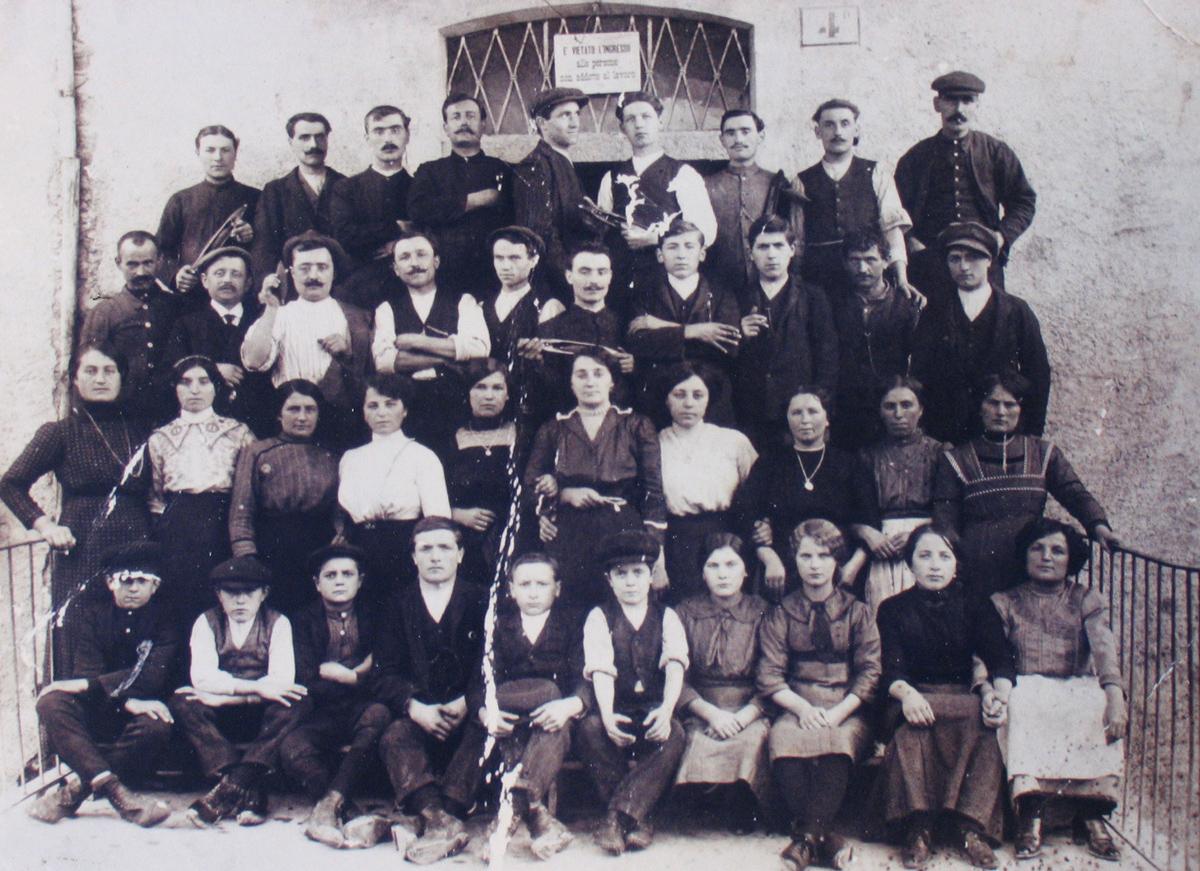 <b>Gruppo di operai del Lanificio Zignone, inizio Novecento</b><br />