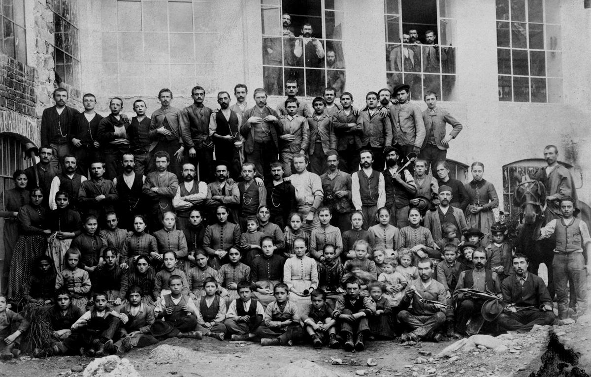 <b>Gruppo di operai, 1900 circa</b><br />(archivio DocBi)