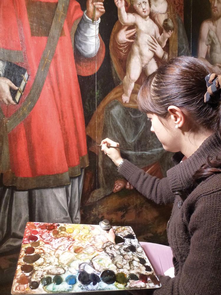 <b>Camilla Fracassi durante l&#039;intervento di restauro sulla tavola cinquecentesca di Mottalciata San Vincenzo, 2012</b><br />