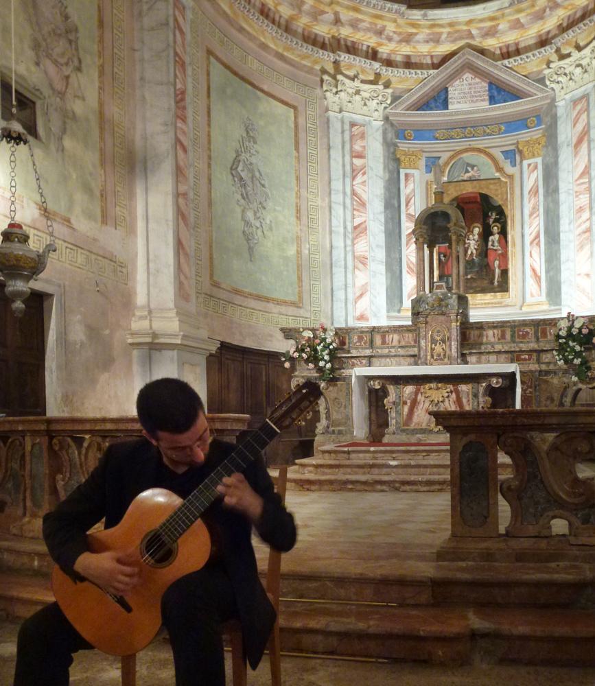 <b>Mottalciata, chiesa di San Vincenzo: concerto del chitarrista Matteo Bobbio, 27 luglio 2013</b><br />foto Giovanni Vachino